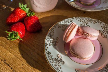 Macaron alle fragole e cioccolato bianco