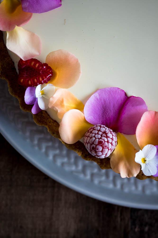 Crostata estiva al pistacchio con confettura di lamponi e acqua di rose