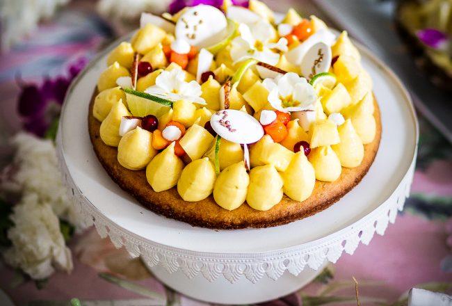 Torta con cremoso al cocco, cioccolato bianco e lime