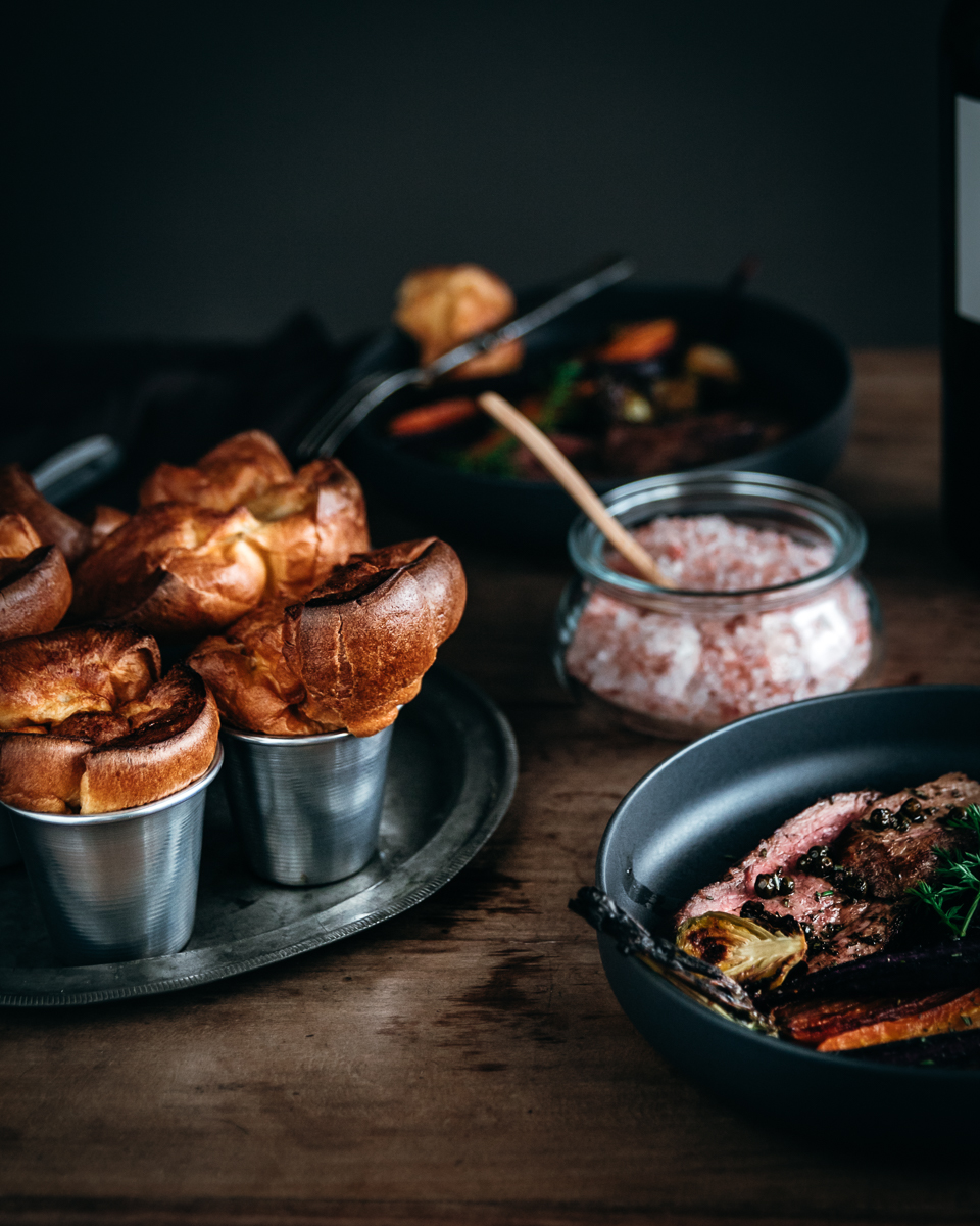 Codone di manzo in salsa Worcester con Yorkshire Pudding e carote arroste