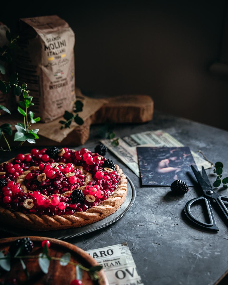 Crostata decorata ai frutti rossi e crema al latte di mandorla