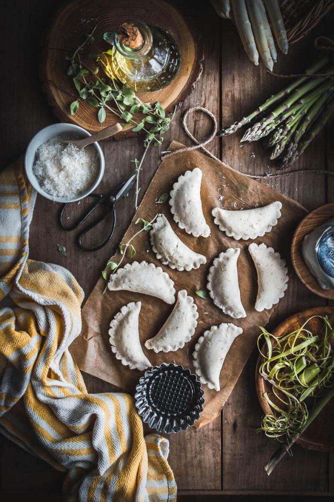 Ravioli di pane con ricotta e asparagi