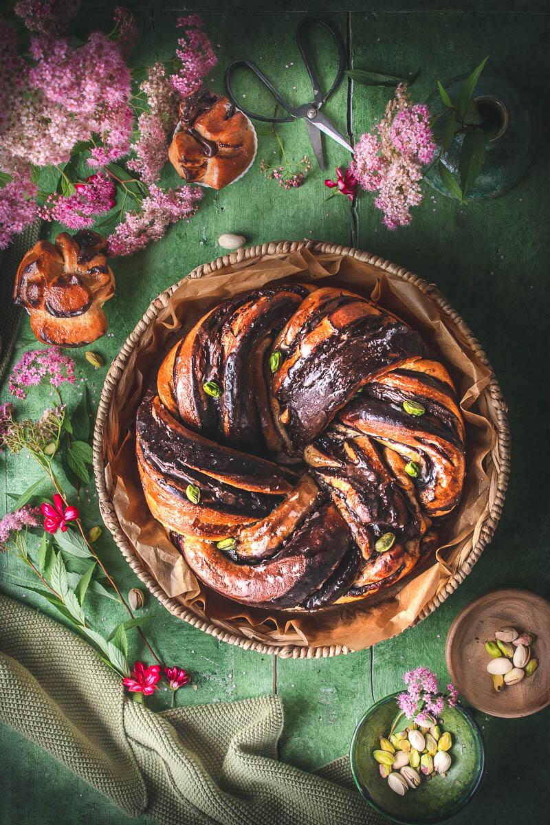 Babka rotonda con crema di nocciole e cioccolato