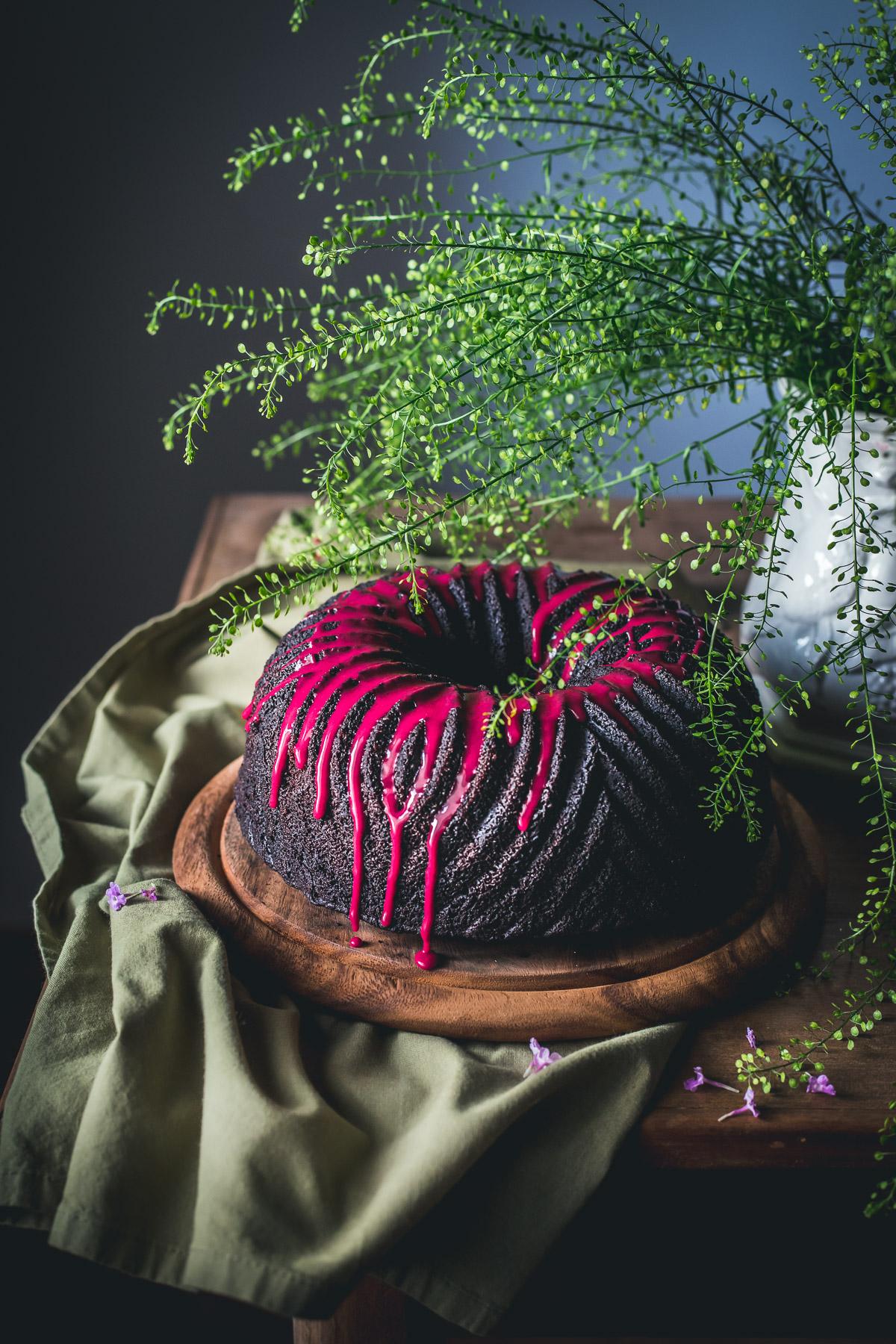 Bundt cake al cacao e caffè con glassa all'ibisco