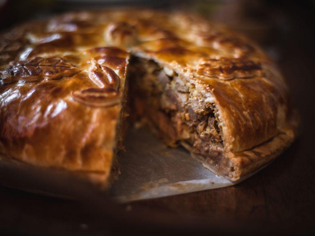 La ricetta del pasticcio d'anatra di Paul Bocuse, un guscio di pasta sfoglia e un ripieno di carne. Perfetto per il Natale. Ricetta e procedimento per un pasticcio di carne scenografico e d'effetto!