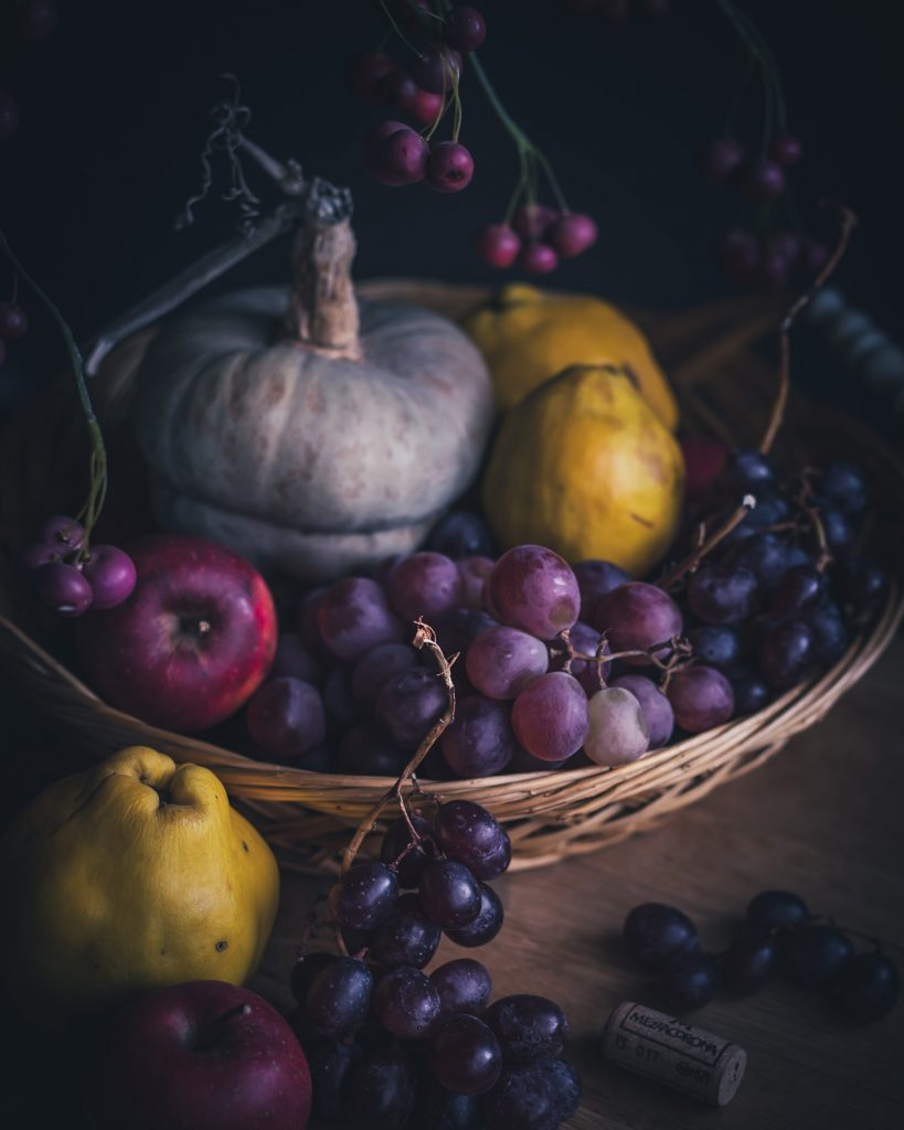 Natura autunnale food photography - mele cotogne - uva food styling - moody food photographer
