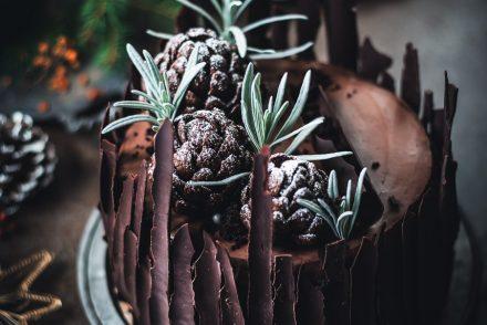 Layer cake al cioccolato con pigne ai cereali