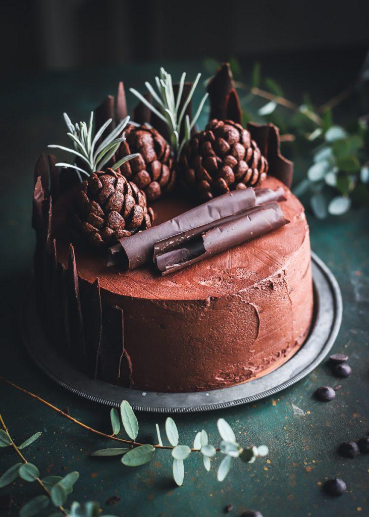 Layer cake al cioccolato e pigne ai cereali