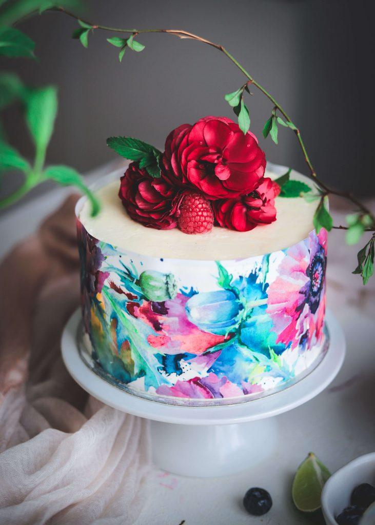 Layer cake con fiori allo yogurt, lime, mirtilli