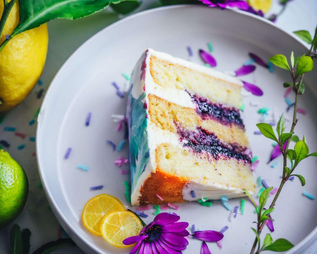 Layer cake primaverile allo yogurt, lime, mirtilli e fiori