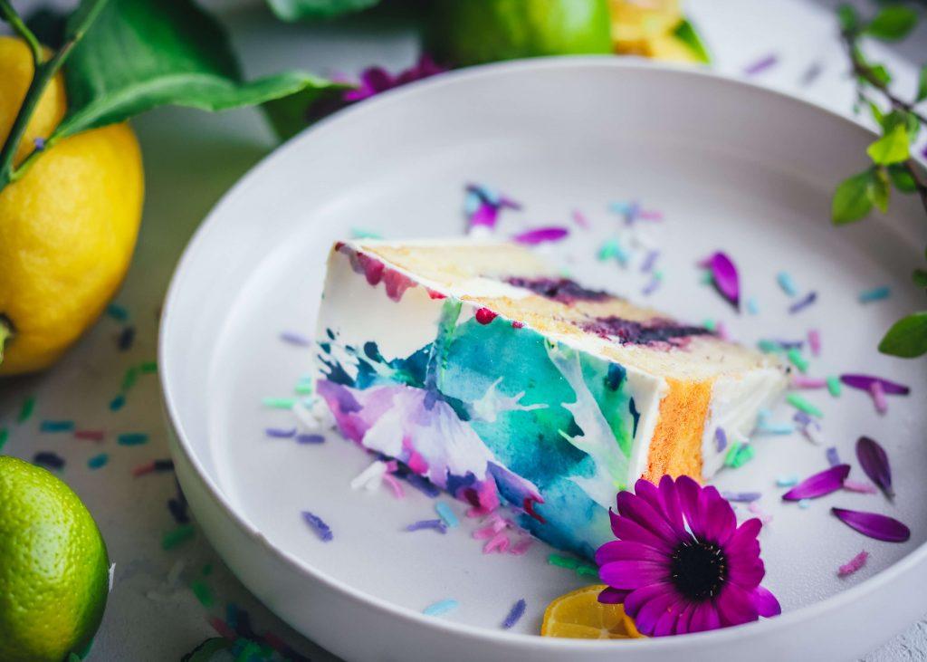 Layer cake primaverile allo yogurt, lime, mirtilli e fiori coperta di pasta di zucchero